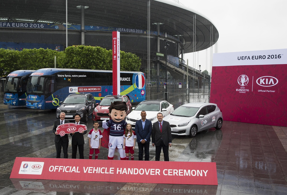 (de izquierda a derecha) Sr. Guy-Laurent Epstein, Director de Marketing de la UEFA Events SA; El Sr. Soo-Hang Chang, Presidente de Kia Motors en Francia; Sr. Ruud Gullit, Embajador de la UEFA EURO 2016 , Sr. Marc Hedrich, Director General de Kia Motors en Francia.